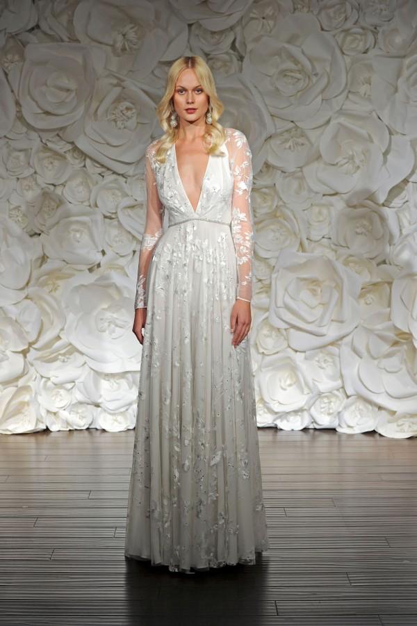 Vestido linear inspirado en marruecos, escote en V y mangas largas bordadas en flores de Naeem Khan