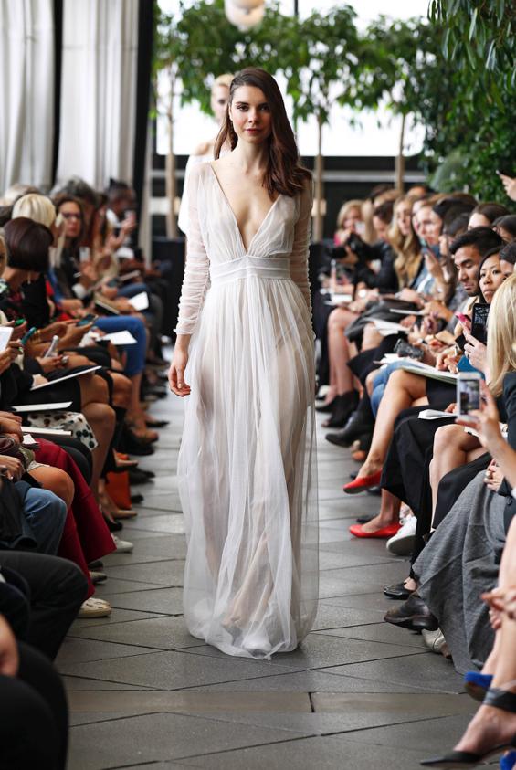 Vestido vaporoso y escote infinito en V de la colección de Delphine Manivet