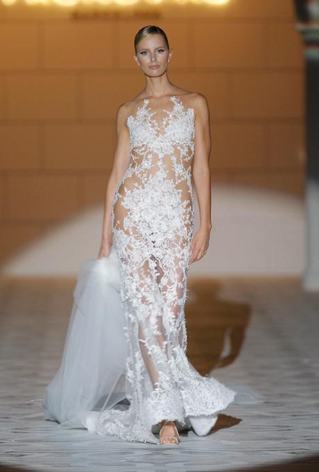 Vestido de encaje con transparencias y en forma de sirena, de Pronovias