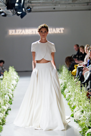 Simplicidad y elegancia con una falda sencilla e impecable y un top tulipán.