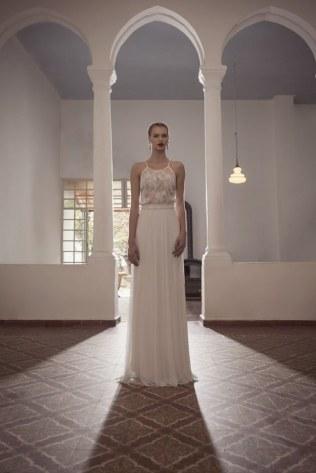 Puesta por la simplicidad con un vestido que alargue la silueta.
